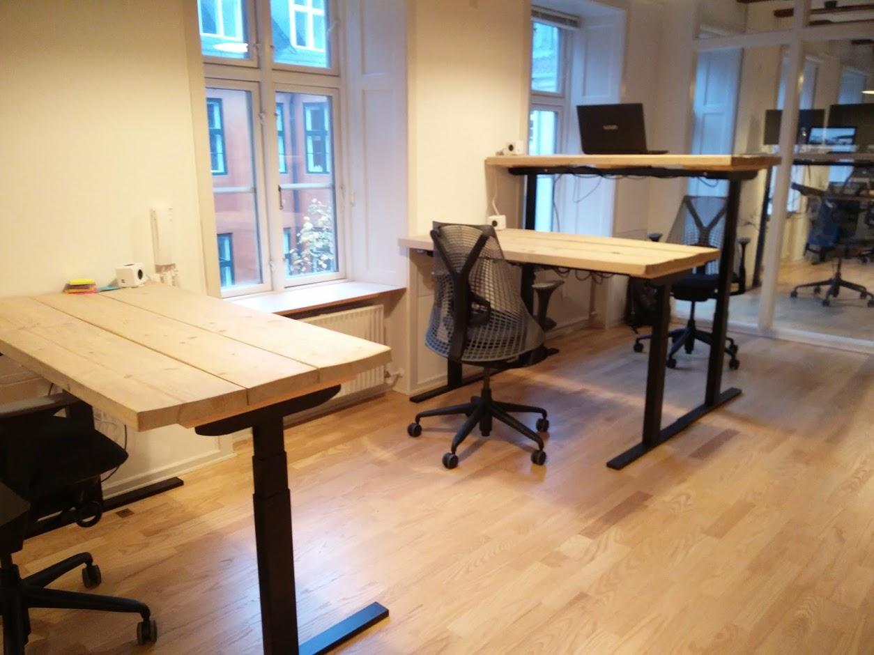 Holmriis hæve/sænkebord med plankeplade